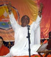 Amma sings bhajans in Varanasi