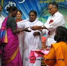 Amma handing over keys to free houses for the poor