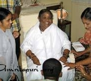 Amma talks with journalism students