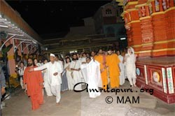 Amma at the Sri Gajanan Maharaj Sansthan in Shegaon