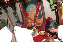 Amma offering flowers at Sri Gajanan Maharaj Sansthan in Shegaon