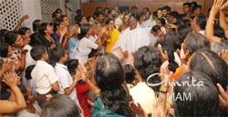 Amma joins devotees in the kitchen