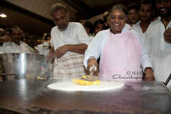 Amma making masala dosa