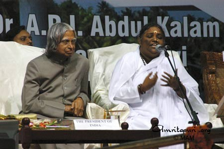 Amma speaking, on stage with the President of India, Dr. APJ Abdul Kalam