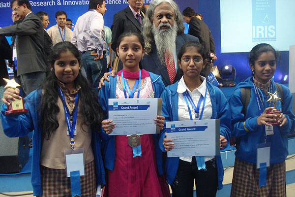 Award winners of Amrita Vidyalayam, Davengere with a scientist