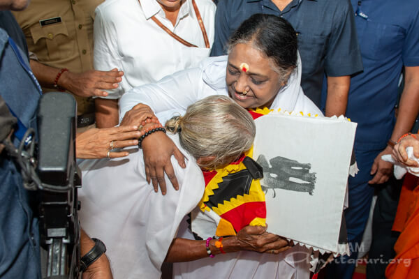 Amma hugging an old lady